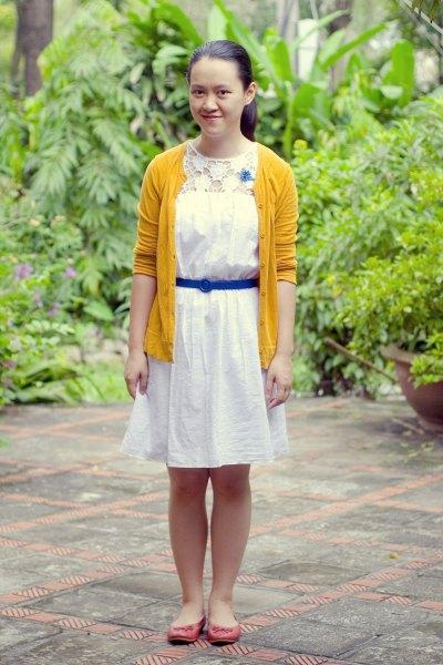 vit skjortklänning med linnebälte och gul kofta