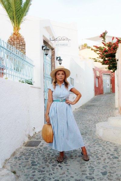 ljusblå och vit randig maxiknappklänning med matchande bälte