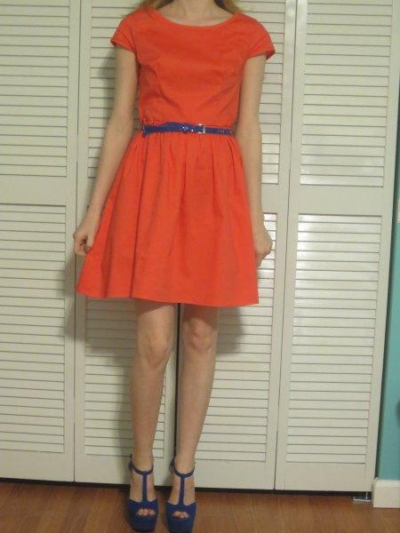 orange minikattklänning med kepsar och blått smalt läderbälte