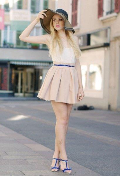 vit västtopp och ljusrosa mini veckad kjol