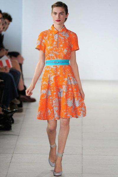 orange tryckt veckad klänning med krage och bälte