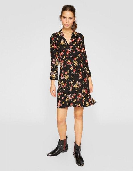 svart mini långärmad klänning med blommönster och V-ringning och läderstövlar