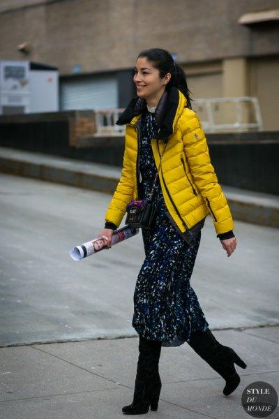gul pufferjacka med svart tryckt maxi shift klänning