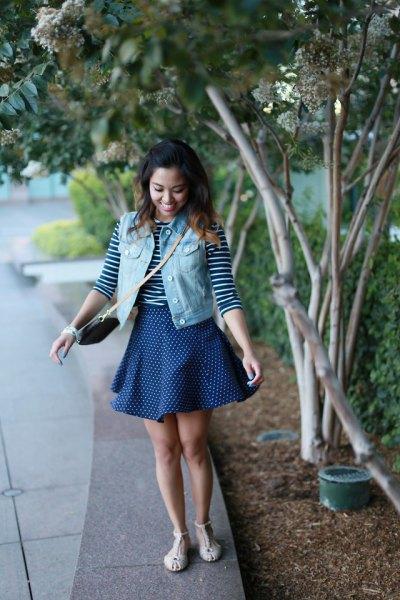 Jeansväst med mörkblå och vit randig T-shirt och skaterkjol