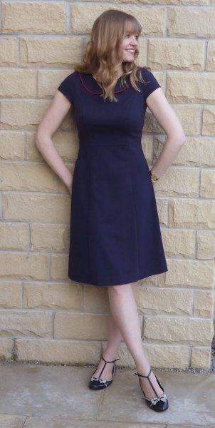 Mörkblå, kortärmad passform och knälång klänning med remmar