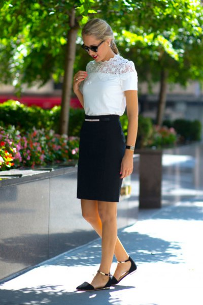 Vit kortärmad topp i mock-neck spets med svart hög kjol