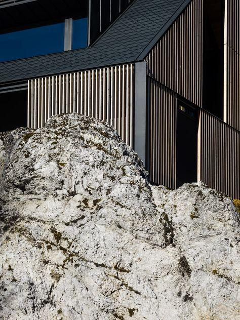 Ett semesterbergshem klädd med träsolskydd i Tarvisio, Italien.