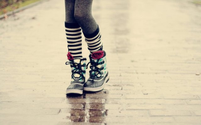 grå leggings och svarta och vita randiga strumpor