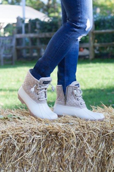 blå rippade skinny jeans, vita och rosa quiltade anka stövlar