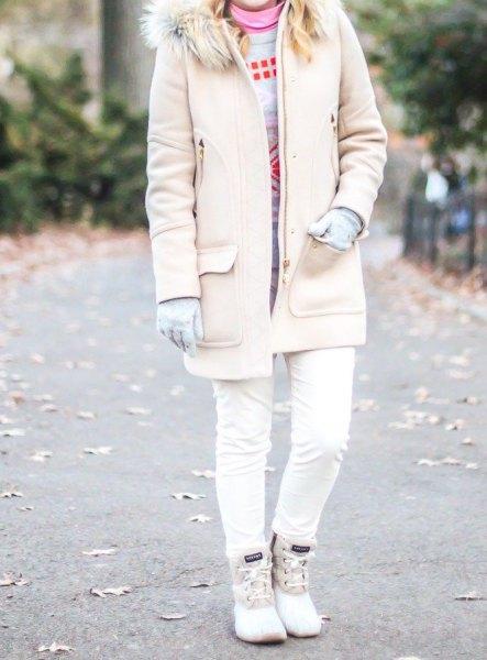 blekrosa lång kappa med fuskpälskrage, smala jeans och vita ankstövlar