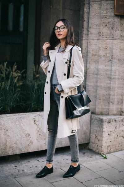 vit midi vintertrenchcoat med grå, smal passform jeans med hög midja och ärmslut