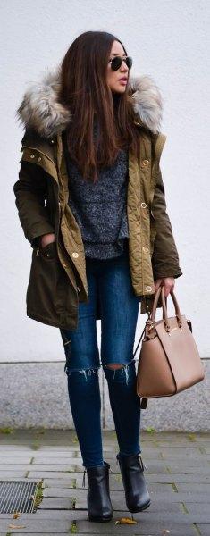 brun bomullsjacka med långa rader med huva i imitationspäls och rippade skinny jeans