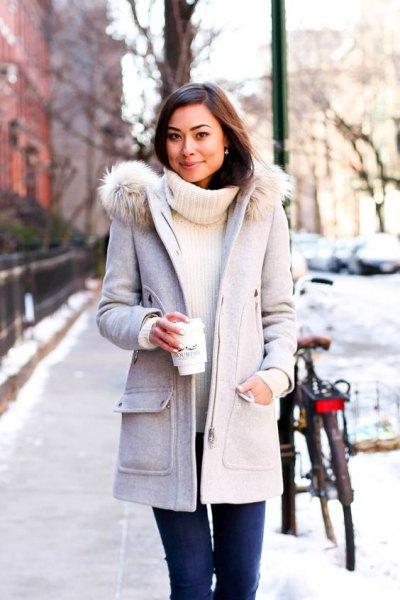 ljusgrå lång vinterrock med vit tröja