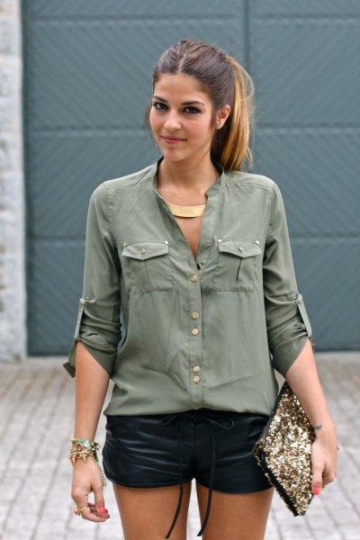 Armégrön skjorta med knappar och svarta mini-lädershorts