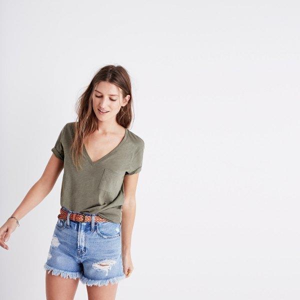 T-shirt med V-ringning och blå mini-jeansshorts