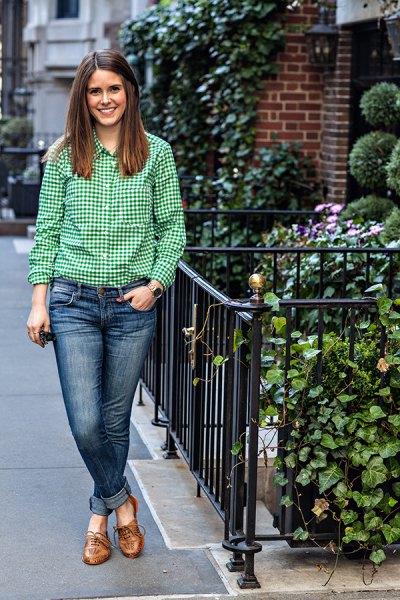 grön och vit rutig skjorta med blå manschettjeans och tofflor