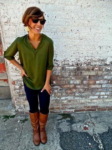 grön halvärmad blus med bruna knähöga läderstövlar