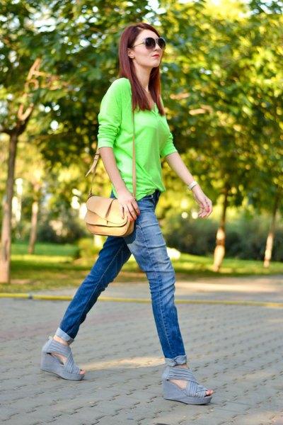 Limegrön knapplös skjorta med slim fit jeans med blå manschett