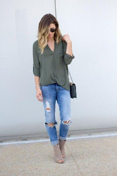 grönt chiffonglager med blå ribbad slim fit jeans och grå stövlar
