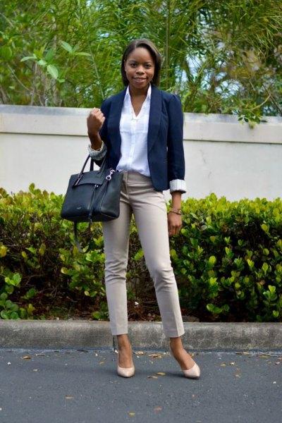Elfenben khaki jeans med vit skjorta och marinblå kavaj