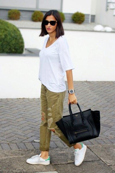 vit oversized t-shirt med gröna rippade khaki jeans