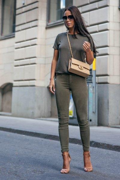 grå t-shirt med gröna skinny jeans och rosa klackar