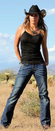 svart camisole och mörkblå jeans med raka ben