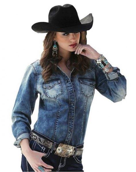 svart cowboyhatt med blå jeansjacka
