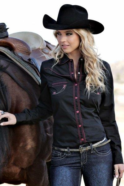 Cowboyhatt med svart jeansskjorta och mörkblå skinny jeans