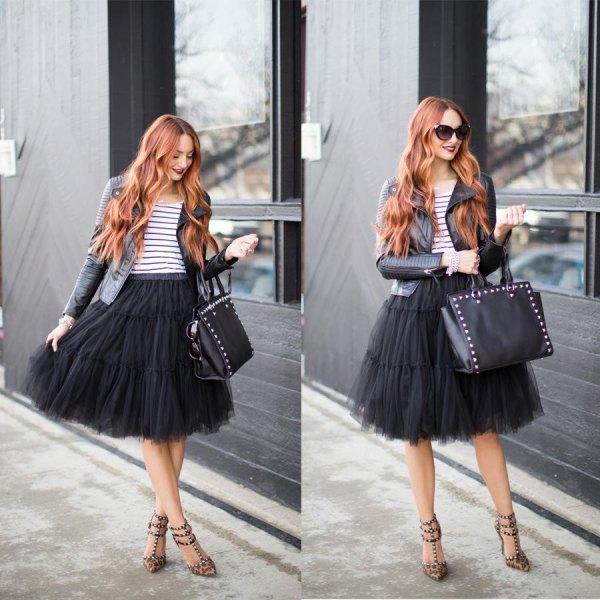 svart midiklänning i tutu med randig t-shirt och läderjacka