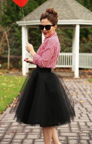 röd och vit rutig skjorta med svart miditutukjol