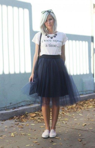 vit tryckt t-shirt med svart två lager klänning