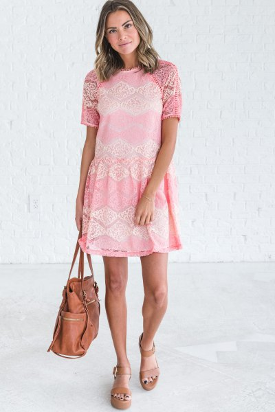 Krämfärgad kortärmad miniklänning med rosa plattformssandaler