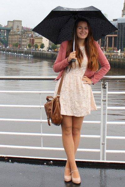 vitklippt och utsvängd miniklänning med rodnande rosa kofta