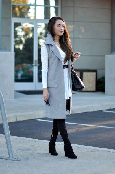 vit miniklänning med bälte och grå ärmlös lång jacka