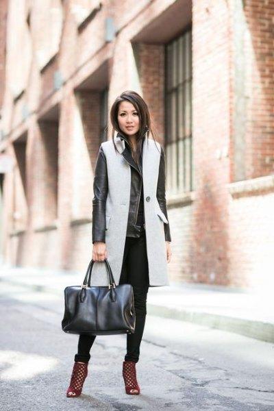 grå långärmad ullrock med svart skinnjacka