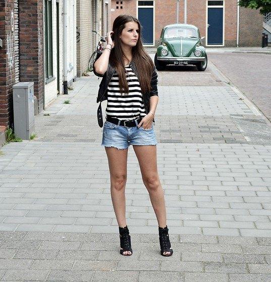 svartvit randig t-shirt med kort läderjacka och jeansshorts