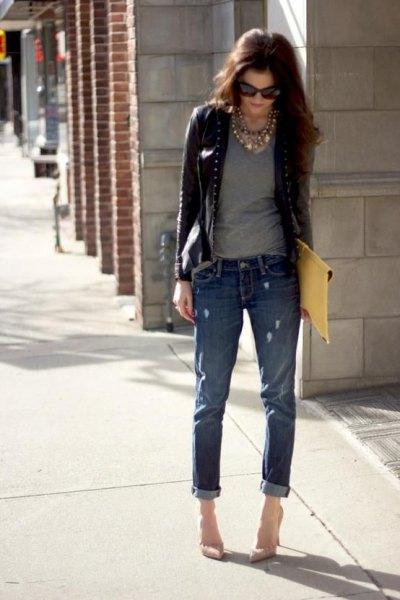 kort läderjacka med grå t-shirt med halsringning och jeans med muddar
