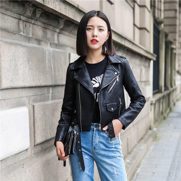 svart kort läderjacka med tryckt t-shirt och blå slim fit-jeans