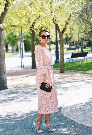 Ljusgul maxiklänning med klockärmar och bälte med rosa remsklackar