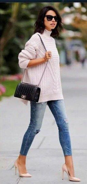 vit ribbad tröja med stand-up krage, blå jeans och rosa klackar