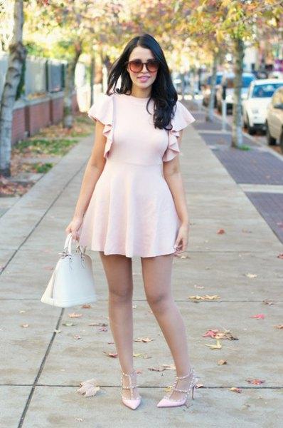 Ljusrosa klackar med matchande ruffle ärm passform och flared mini klänning