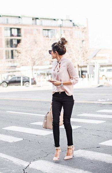 ljusrosa bandblus med svarta jeans och spetsiga tåklackar