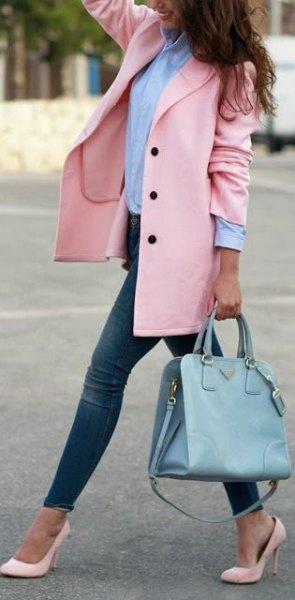 Blushing ullrock med en blå skjorta med knappar och ljusrosa spetsiga klackar