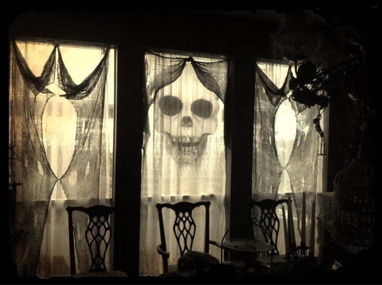 35 idéer för att dekorera fönster med silhuetter på Halloween.