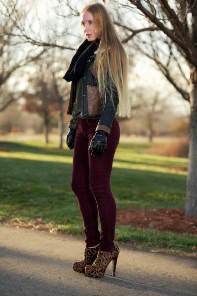 mörkbrun läderjacka med svarta flätade jeans i corduroy