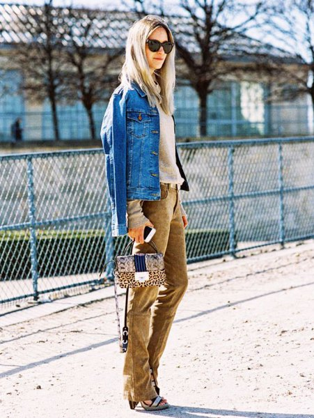 blå jeansjacka med en rodnande rosa tröja och bruna jeans i corduroy