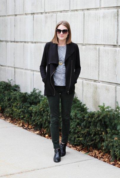svart fleecejacka med grå t-shirt med rund halsringning och mörkgrå corduroy-jeans
