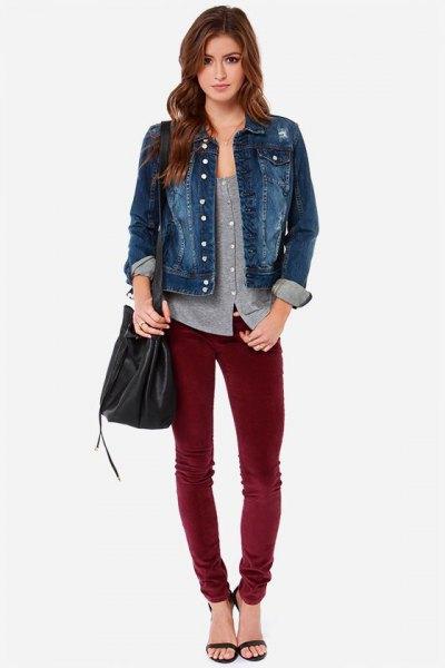 blå jeansjacka med grå skjorta med urringning