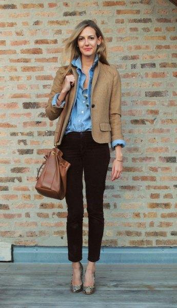 Ljusbrun kavaj med en blå chambrayskjorta med knappar och jeans med ankelband